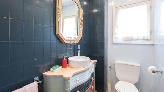 Comment décorer une élégante salle de bain bleue