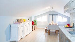 Décorer la cuisine mansardée avec salle à manger