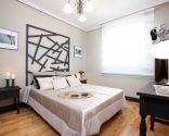 Chambre élégante avec tête de lit avant-gardiste