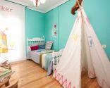 Chambre d'enfants ordonnée et colorée