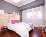 Chambre moderne et fonctionnelle de couleur grise