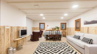Grande salle à manger rustique avec cheminée