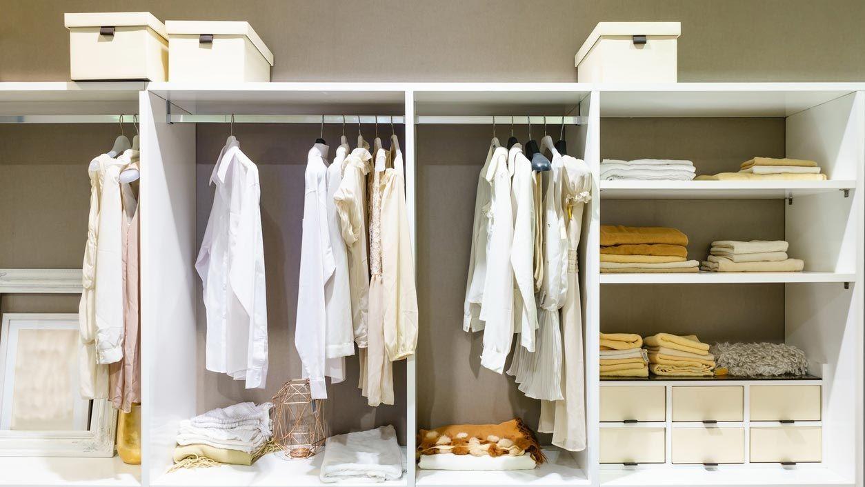 Utilisez des paniers pour garder votre dressing bien rangé.