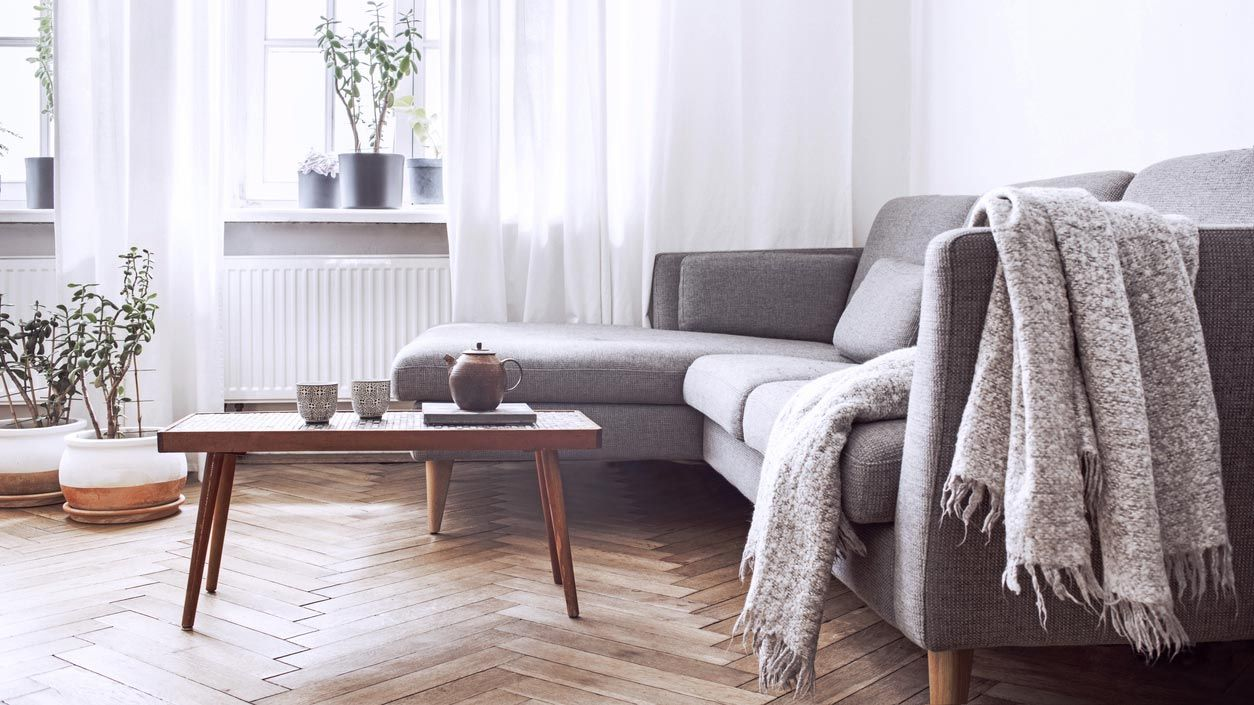 Canapé avec lit gigogne pour ranger des objets.