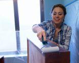 Décoration de salle de bain lumineuse dans les tons bois et bleus