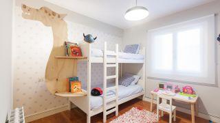 Chambre d'enfants avec étagère dragon