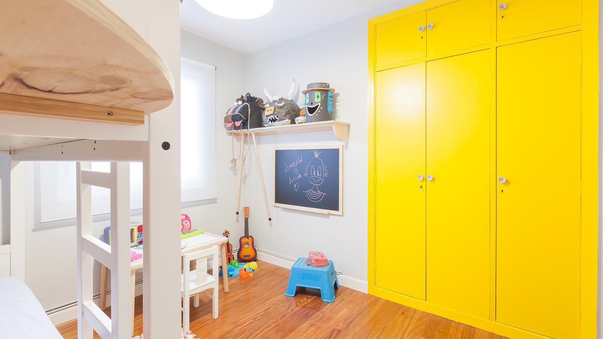 Des couleurs vives pour une armoire encastrée dans une chambre d'enfant.