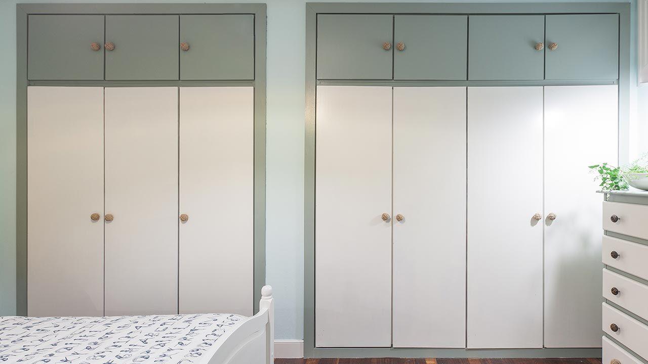 Peignez un placard intégré avec deux couleurs.