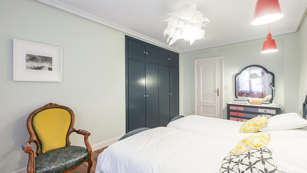 Peignez l'armoire intégrée en gris foncé pour un séjour élégant
