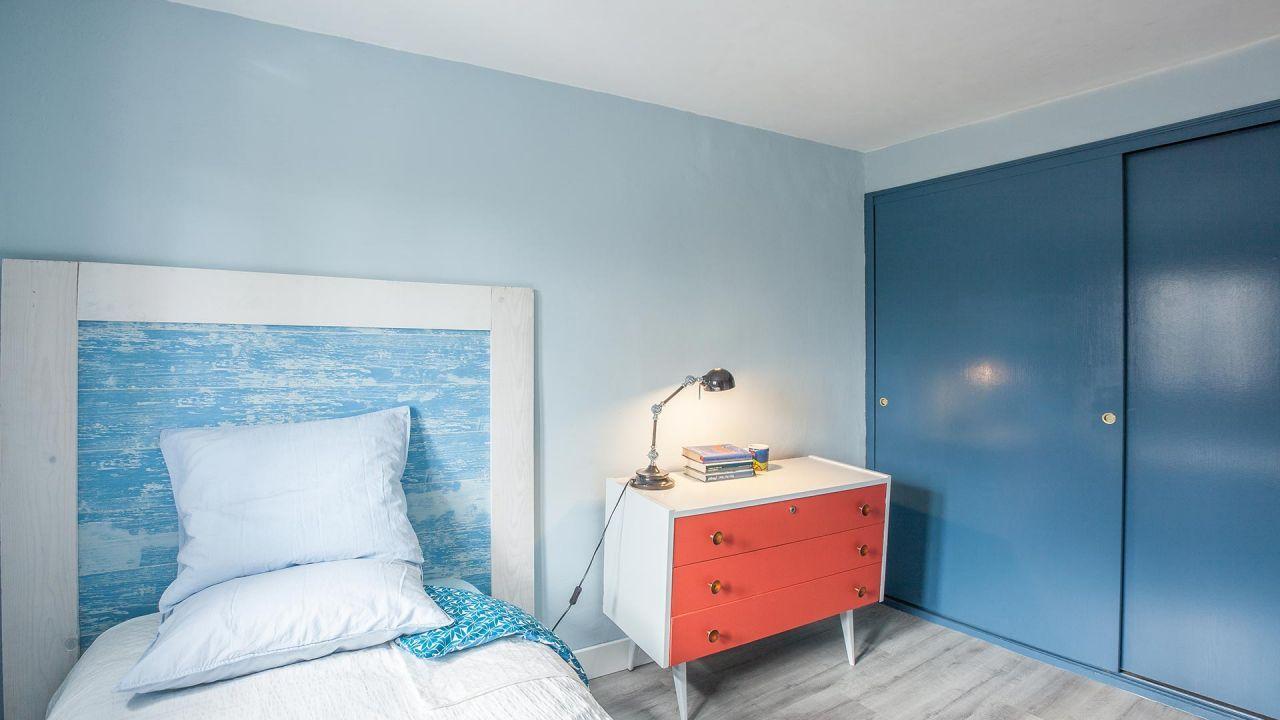 Peignez le placard intégré en bleu pour créer l'harmonie et la paix.