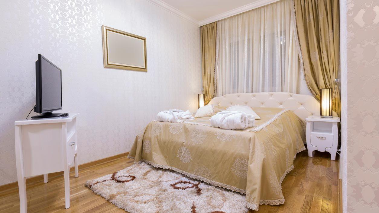 Rideaux longs et tapis très épais dans les petites chambres