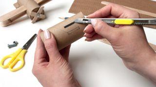 Comment fabriquer un avion avec du carton de papier toilette et des bâtons de popsicle - Étape 1