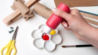 Comment fabriquer un avion avec du carton de papier toilette et des bâtons de popsicle - Étape 6