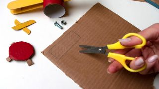 Comment fabriquer un avion avec du carton de papier toilette et des bâtons de popsicle - Étape 4