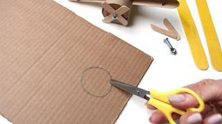 Comment faire un avion avec du carton de papier toilette et des bâtons de popsicle - Étape 2