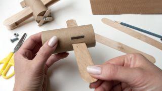 Comment faire un avion avec du carton de papier toilette et des bâtons de popsicle - Étape 3