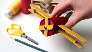 Comment fabriquer un avion avec du carton de papier toilette et des bâtons de popsicle - Étape 7