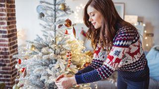 Décorez le sapin de Noël blanc