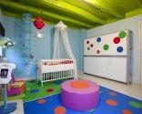 Chambre avec aire de jeux