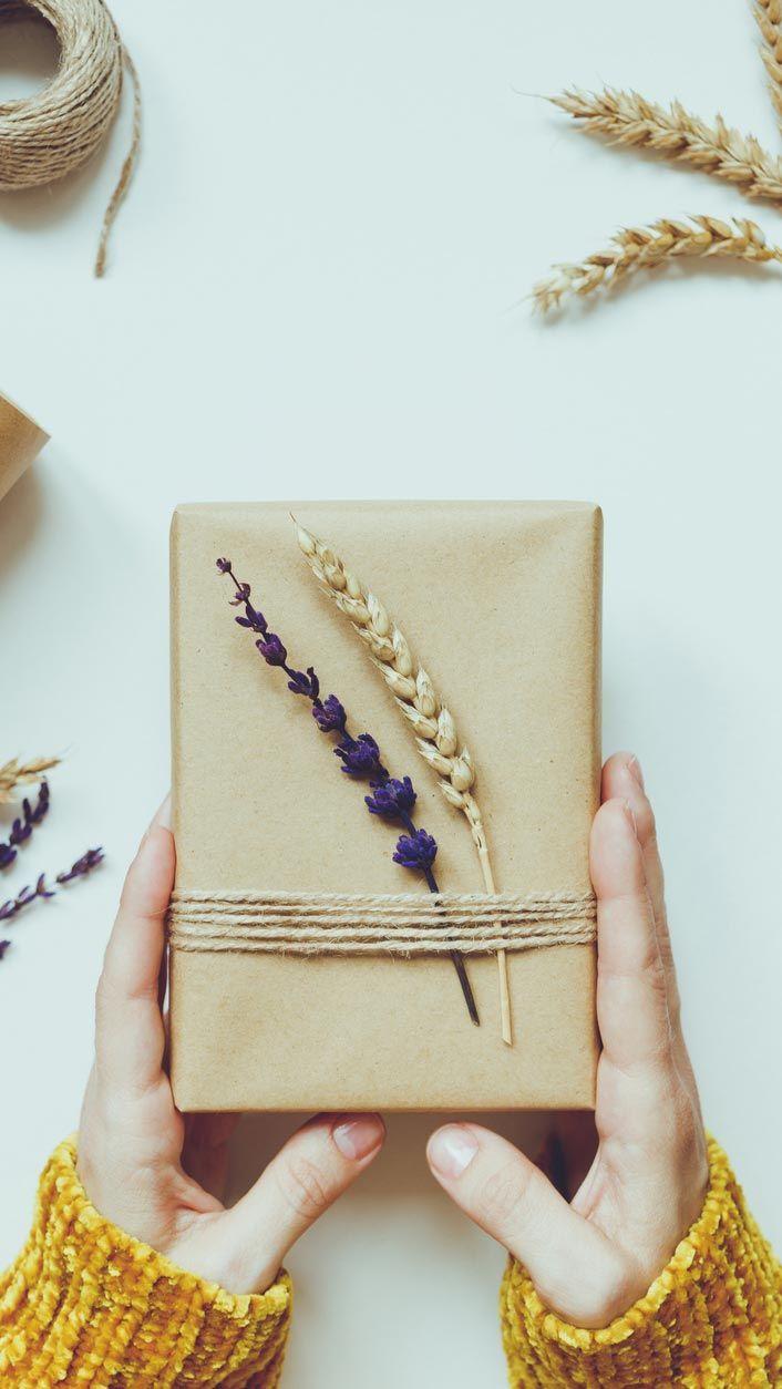 Décorez les cadeaux avec des brindilles et des fleurs séchées