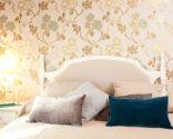 Chambre intime et romantique avec papier peint