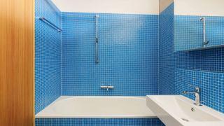 Petits carreaux bleus pour la salle de bain