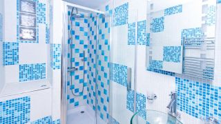 Décorez la salle de bain dans un style audacieux bleu
