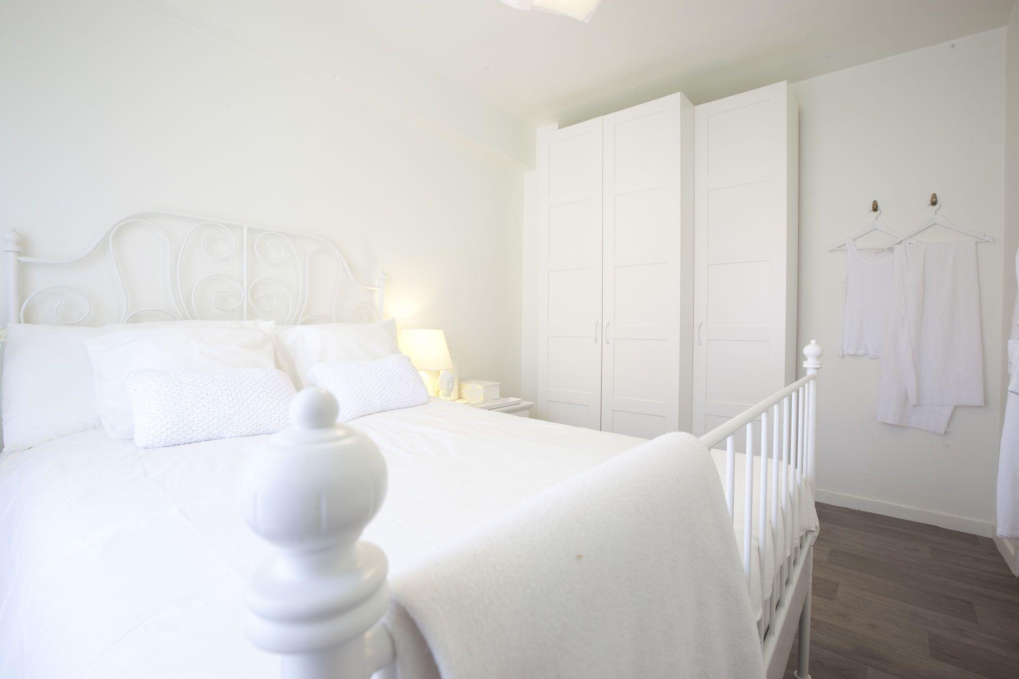Chambre lumineuse en blanc