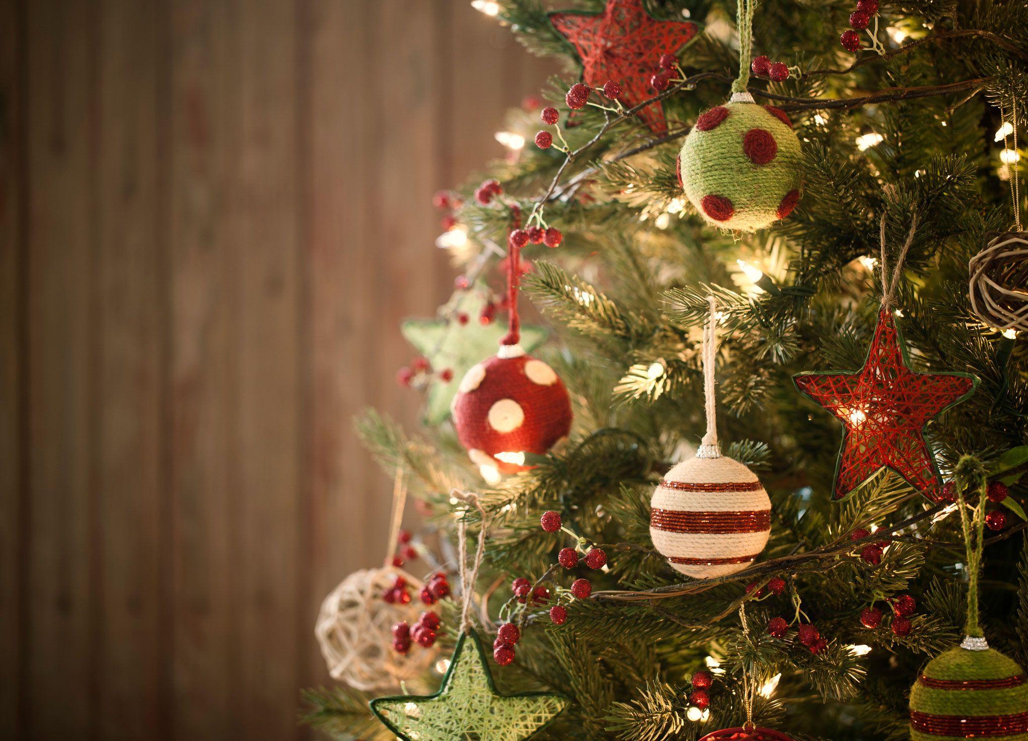 Décorez un sapin de Noël vert