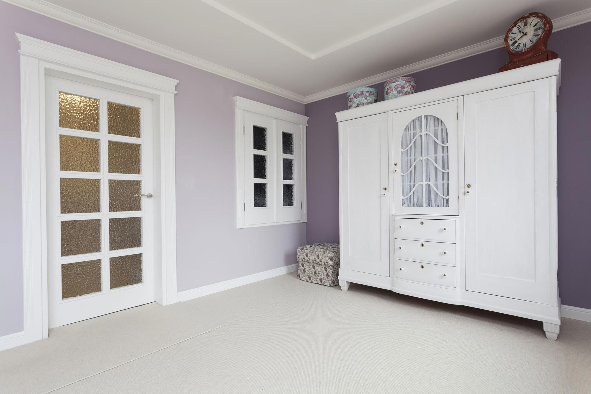 Chambre lumineuse et spacieuse en blanc et violet