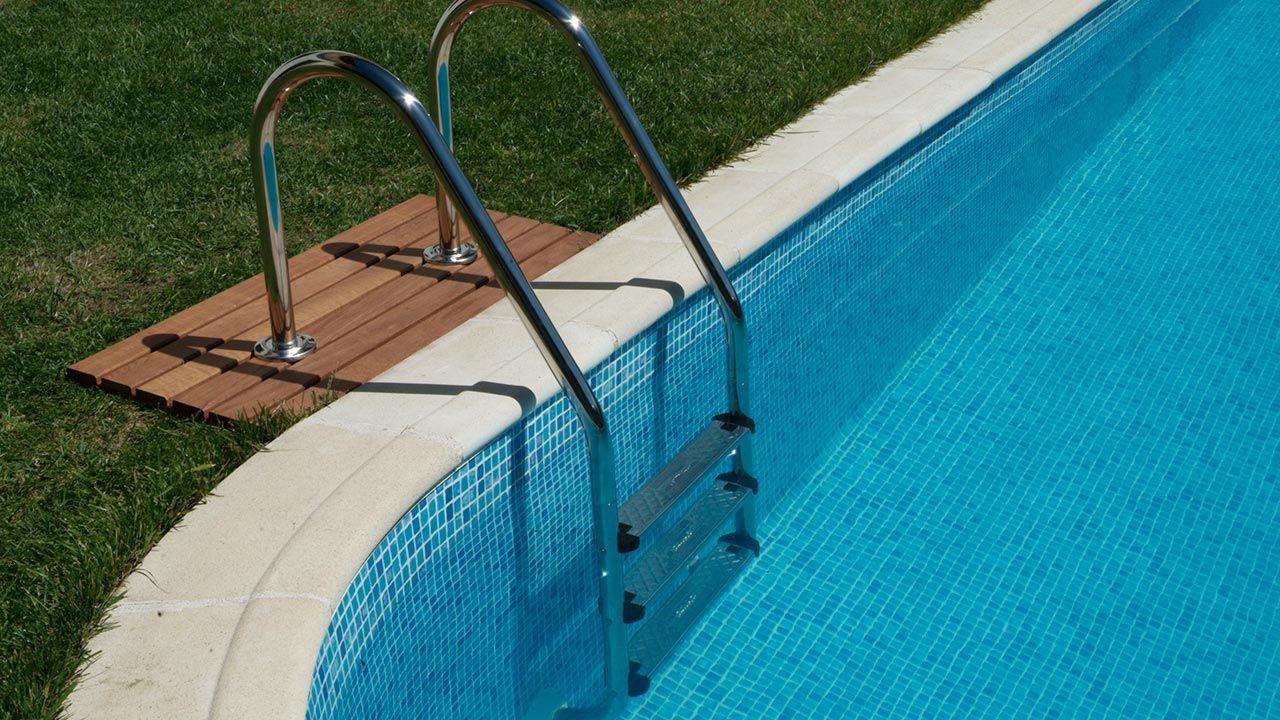 Placer une échelle dans la piscine