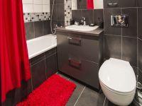 Décorez la salle de bain en rouge et gris