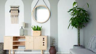 Yeux, formes géométriques et soleils: la dernière mode des miroirs muraux