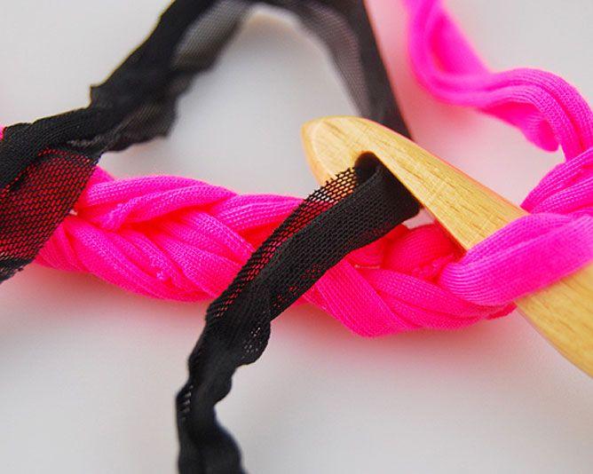 tisser le col de fil de T-shirt et de coton avec des chaînes - étape 3