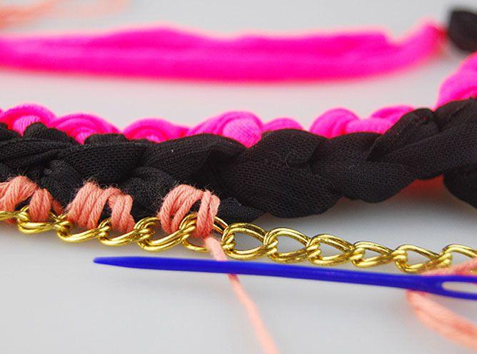 tisser le col de fil de t-shirt et de coton avec des chaînes - étape 7