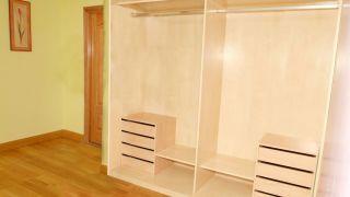 Assemblage de l'intérieur d'une armoire encastrée en bois