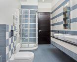 Décorez une grande salle de bain en gris bleuâtre