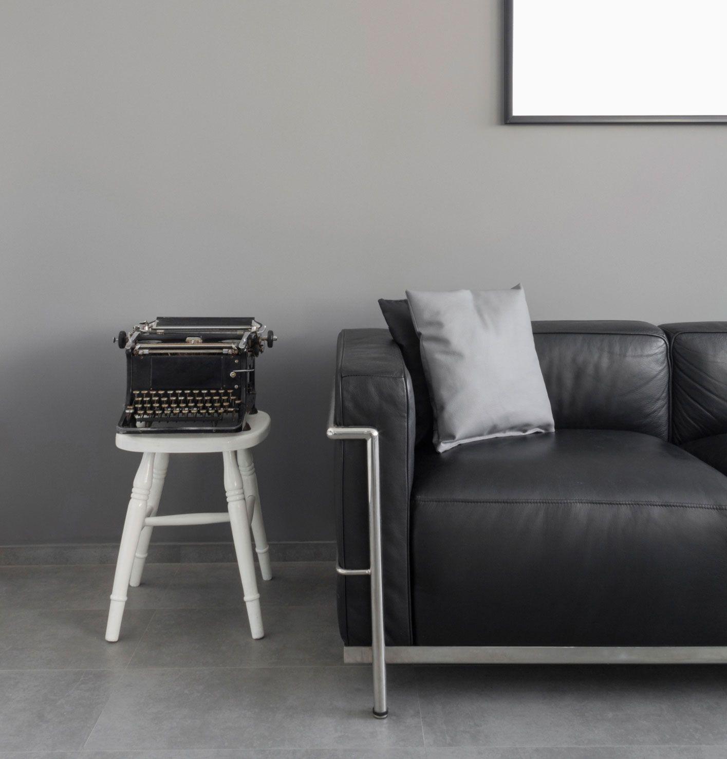 Comment porter un canapé noir