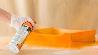Peignez une commode en bois avec des couleurs