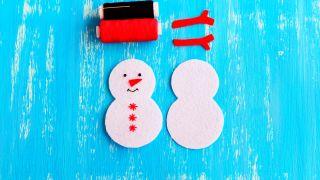 Comment faire un bonhomme de neige en feutre pour Noël - Étape 4