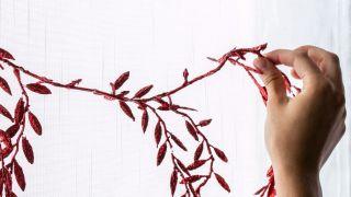Décorez les fenêtres avec des guirlandes en blanc, rouge et gris - Étape 2