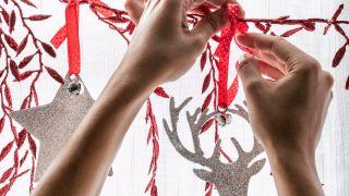 Décorez les fenêtres avec des guirlandes en blanc, rouge et gris - Étape 4