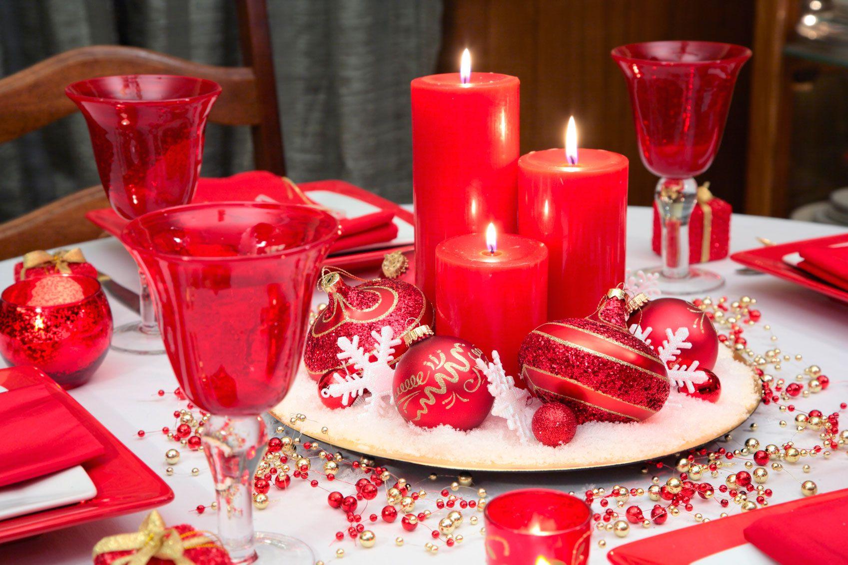 Décorez la table de Noël en blanc, rouge et or