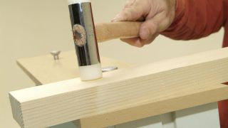 Comment fixer la façade d'une commode