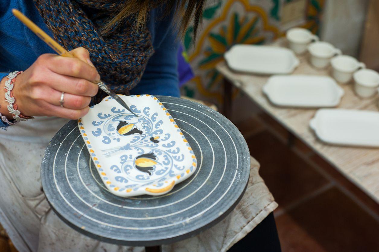 peindre la poterie à la main