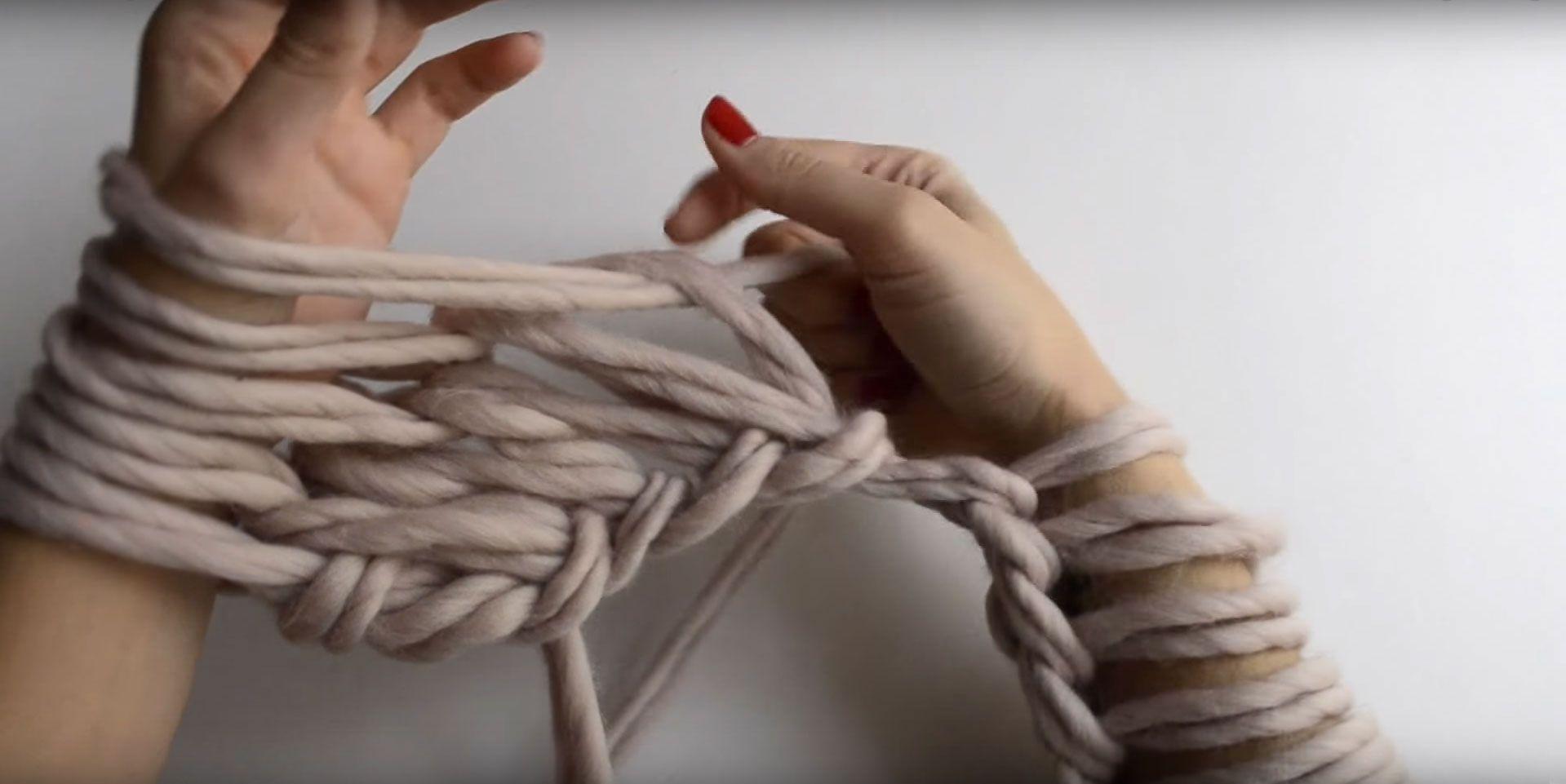 Comment tricoter avec les mains ou les bras