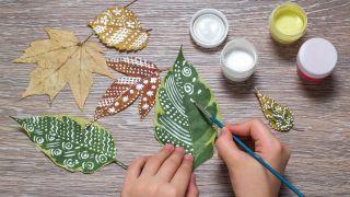 Idée 2: Peindre des feuilles sèches (artisanat pour enfants)