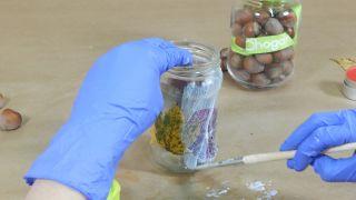 Comment décorer des bocaux Mason avec des feuilles séchées - Étape 3