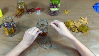 Comment décorer des bocaux Mason avec des feuilles séchées - Étape 4