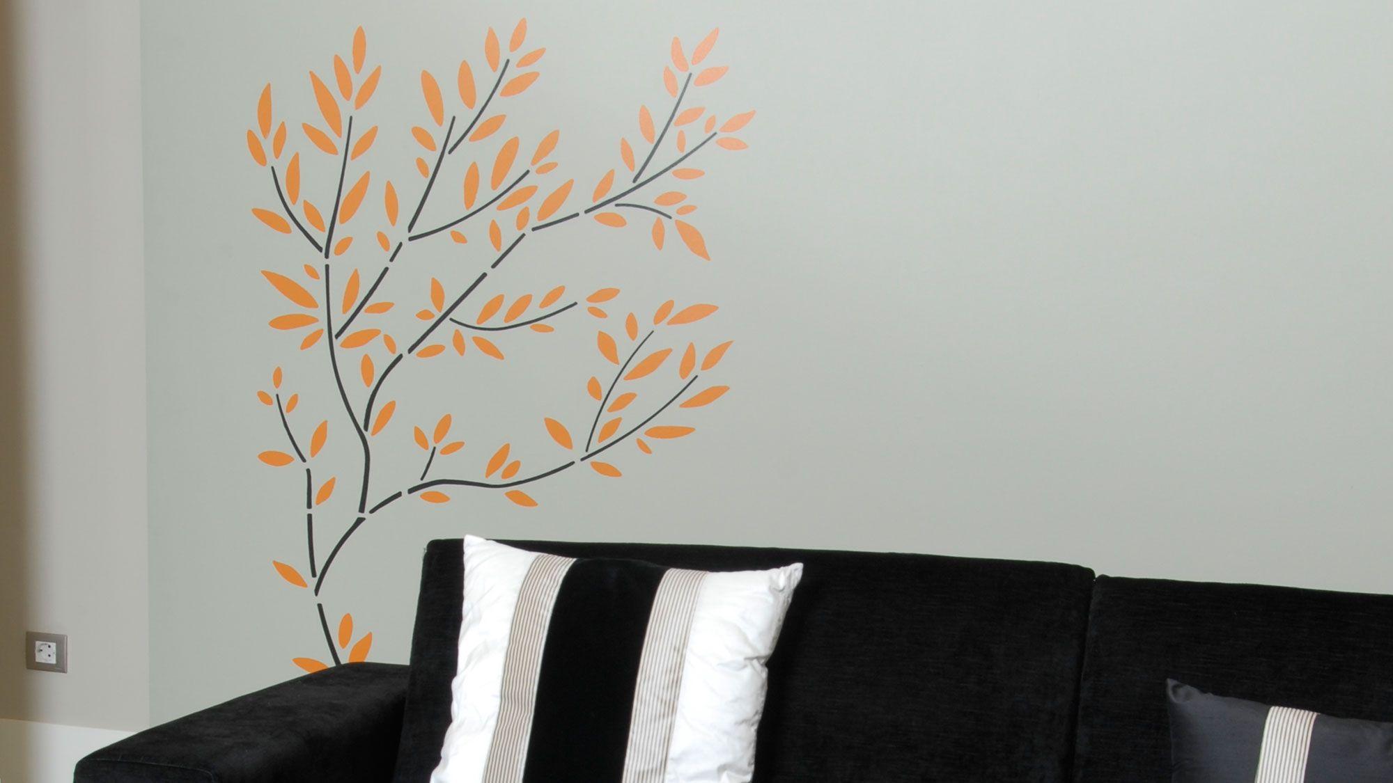 Peinture arbre sur mur avec des pochoirs
